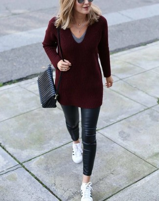 How to wear: white leather low top sneakers, black leather skinny jeans, grey v-neck t-shirt, burgundy v-neck sweater