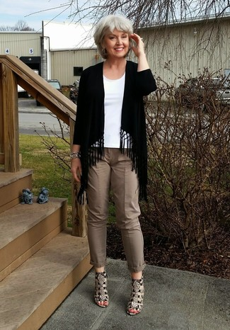 How to Wear Brown Skinny Pants: Want to infuse your wardrobe with some fashion-forward chic? Pair a black fringe open cardigan with brown skinny pants. Go off the beaten path and shake up your ensemble by slipping into a pair of brown snake leather heeled sandals.