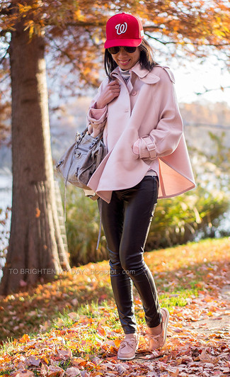 How to Wear Black Leather Skinny Pants: A pink cape coat and black leather skinny pants are an easy way to inject some class into your day-to-day styling rotation. For something more on the casual end to complete your outfit, complete this look with a pair of pink leather boat shoes.