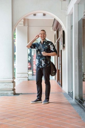 Men's Looks & Outfits: What To Wear In 2020: Loving how well a navy floral short sleeve shirt works with charcoal chinos. Complete your look with a pair of navy canvas slip-on sneakers to tie the whole getup together.