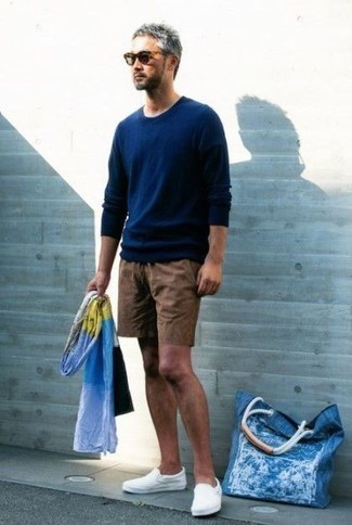 How to Wear a Navy Crew-neck Sweater For Men: Who said you can't make a style statement with an off-duty look? That's easy in a navy crew-neck sweater and brown shorts. As for footwear, complete this outfit with white canvas slip-on sneakers.