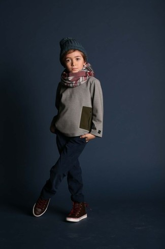 How to wear: dark green beanie, dark brown leather sneakers, navy jeans, grey sweater