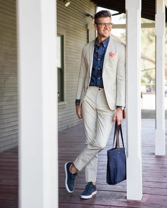 How to wear: beige suit, navy print long sleeve shirt, navy leather low top sneakers, navy canvas tote bag
