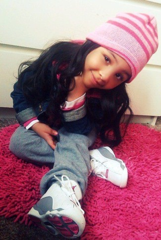 How to Wear a Pink Beanie For Girls: Dress your daughter in a navy denim jacket and a pink beanie for a laid-back yet fashion-forward outfit. White sneakers are a savvy choice to round off this look.