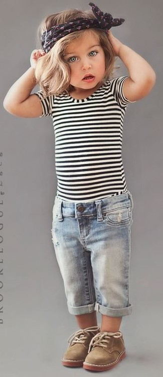 How to wear: tan desert boots, light blue jeans, white and black horizontal striped t-shirt