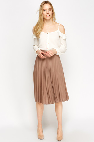How to Wear a Tan Pleated Midi Skirt: For a casual and cool ensemble, consider wearing a white silk off shoulder top and a tan pleated midi skirt — these two pieces play well together. Inject this ensemble with a dose of polish by finishing with a pair of tan leather pumps.