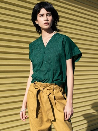 How to Wear Tan Tapered Pants For Women: A dark green short sleeve blouse and tan tapered pants are absolute staples if you're crafting a casual closet that holds to the highest sartorial standards.
