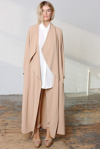 How to Wear Tan Tapered Pants For Women: You're looking at the solid proof that a tan duster coat and tan tapered pants look awesome together in a casual outfit. For a smarter twist, add tan chunky leather heeled sandals to this outfit.