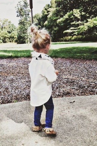 How to Wear a White Scarf For Girls: People will drool all over your tot if she is dressed in this combo of a white long sleeve shirt and a white scarf. As far as footwear is concerned, let your little one grab a pair of tan uggs.