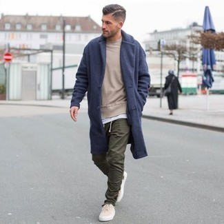 How to Wear Olive Chinos: Marry a navy overcoat with olive chinos if you want to look sharp without making too much effort. For something more on the daring side to finish off this outfit, introduce beige canvas low top sneakers to the equation.