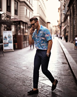 How to wear: black sunglasses, black suede tassel loafers, navy chinos, blue print short sleeve shirt