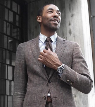 How to Wear a Brown Suit In Spring: This combo of a brown suit and a white check dress shirt is a surefire option when you need to look incredibly stylish and refined. This combination is super comfortable and will help you out in transeasonal weather.