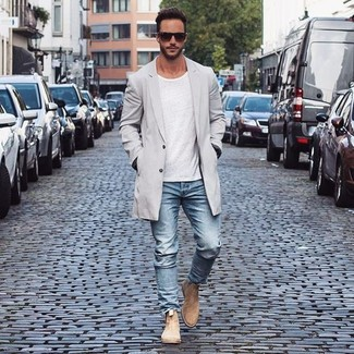 The combination of a trenchcoat and light blue jeans makes this a really put together outfit. Khaki suede chelsea boots will add a touch of polish to an otherwise low-key look. So as you can see here, it's a knockout, not to mention spring-friendly, combo to have in your transeasonal wardrobe.