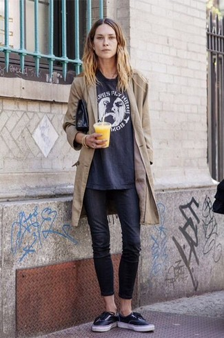 How to wear: tan trenchcoat, navy print crew-neck t-shirt, black skinny jeans, black low top sneakers