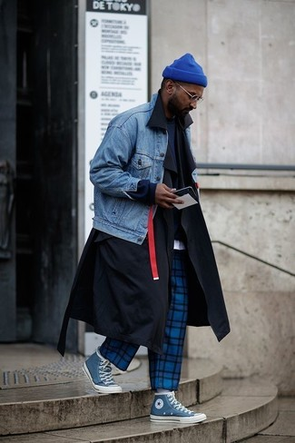 For an ensemble that's super simple but can be dressed up or down in a myriad of different ways, dress in a trenchcoat and blue check chinos. Rock a pair of blue canvas high top sneakers for a more relaxed feel. An ensemble like this makes it easy to embrace unpredictable transeasonal weather.