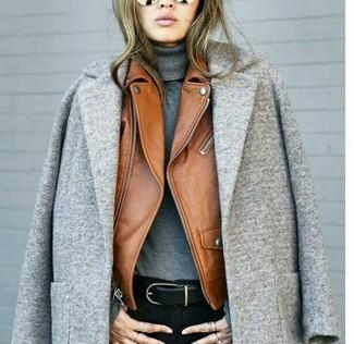 How to wear: black skinny jeans, grey turtleneck, tobacco leather biker jacket, grey coat