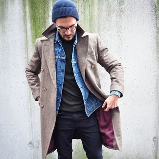 How to wear: black skinny jeans, olive turtleneck, blue denim jacket, beige overcoat