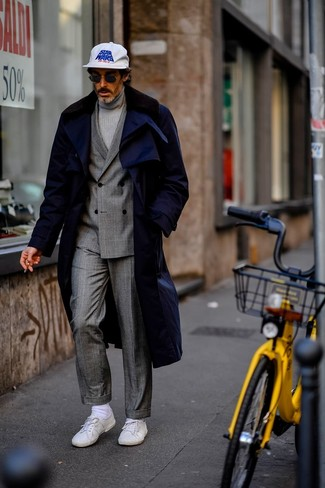 How to Wear a Grey Turtleneck For Men: A grey turtleneck and a navy fur collar coat are a combination that every trendsetting guy should have in his wardrobe. Rev up your whole ensemble with white low top sneakers.