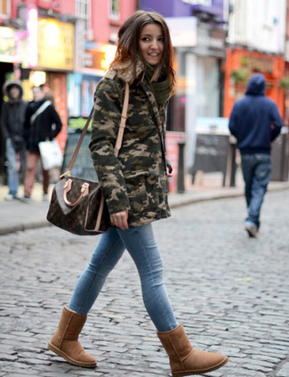 How to wear: dark brown print leather duffle bag, brown uggs, light blue skinny jeans, olive camouflage parka