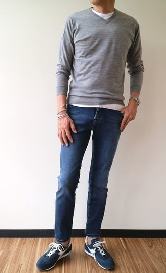 How to wear: grey v-neck sweater, white crew-neck t-shirt, navy skinny jeans, navy suede low top sneakers
