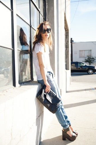 How to wear: black leather clutch, black leather wedge sandals, light blue ripped skinny jeans, white crew-neck t-shirt