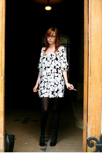 How to wear: white and black print shift dress, black pumps, black tights