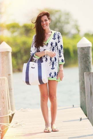 How to wear: white and navy print beach dress, beige leather thong sandals, white and navy canvas tote bag, gold bracelet