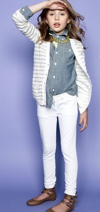 How to wear: white cardigan, grey denim long sleeve shirt, white jeans, brown ballet flats