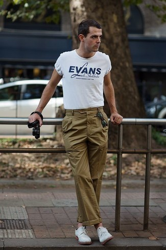 Men's Looks & Outfits: What To Wear Smart Casually: Breathe new life into your daily casual repertoire with a white and navy print crew-neck t-shirt and olive chinos. If you want to easily step up this look with one piece, introduce white suede derby shoes to the mix.