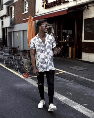 How to wear: white leather derby shoes, black ripped skinny jeans, white and black floral short sleeve shirt