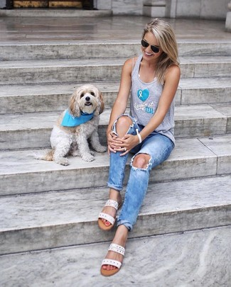 How to wear: white leather flat sandals, light blue ripped jeans, grey print tank