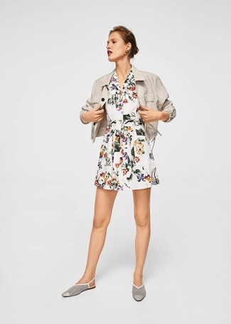 How to Wear a Beige Linen Blazer For Women: This combo of a beige linen blazer and a white floral shirtdress is super easy to pull together and so comfortable to sport as well! A pair of white cutout leather loafers easily turns up the style factor of any ensemble.