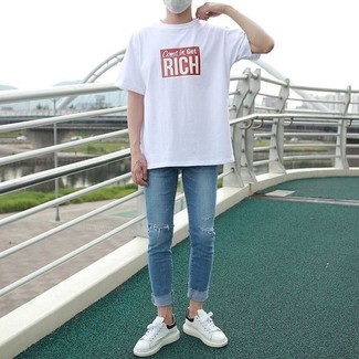How to wear: white leather low top sneakers, blue ripped skinny jeans, white and red print crew-neck t-shirt