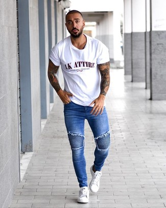 How to wear: white leather low top sneakers, blue skinny jeans, white print crew-neck t-shirt