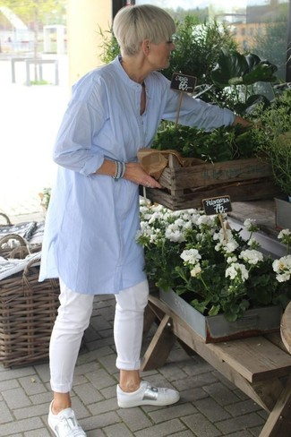 How to wear: white leather low top sneakers, white chinos, light blue linen tunic