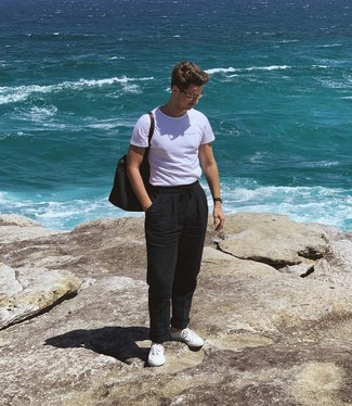 How to wear: navy canvas tote bag, white low top sneakers, black linen chinos, white crew-neck t-shirt
