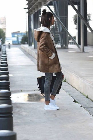 How to wear: black leather tote bag, white low top sneakers, charcoal ripped skinny jeans, brown shearling coat