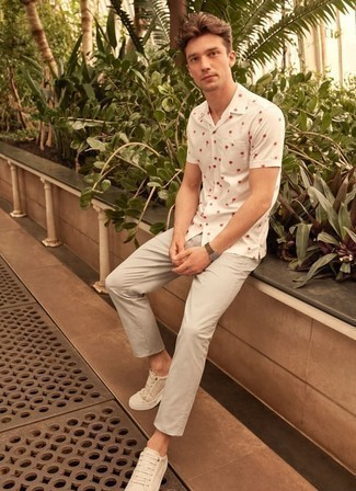 How to Wear White Low Top Sneakers For Men: You'll be surprised at how very easy it is for any gent to throw together this casual getup. Just a white print short sleeve shirt paired with grey chinos. Our favorite of an endless number of ways to complement this getup is with white low top sneakers.