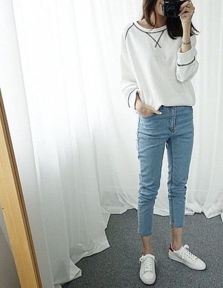How to wear: white low top sneakers, light blue skinny jeans, white sweatshirt