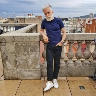 Men's Looks & Outfits: What To Wear In 2020: Team a navy crew-neck t-shirt with navy chinos to showcase your styling smarts. As for shoes, introduce white leather low top sneakers to the mix.