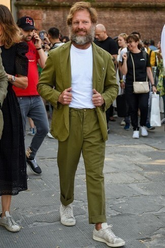 Men's Looks & Outfits: What To Wear In 2020: This combo of an olive suit and a white crew-neck t-shirt is proof that a pared down ensemble doesn't have to be boring. Add an easy-going feel to this ensemble by rocking a pair of white canvas low top sneakers.