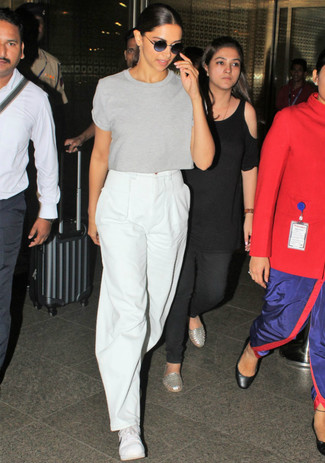 How to wear: white low top sneakers, white wide leg pants, grey crew-neck t-shirt