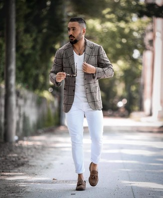 How to wear: brown suede tassel loafers, white skinny jeans, white crew-neck t-shirt, grey plaid blazer