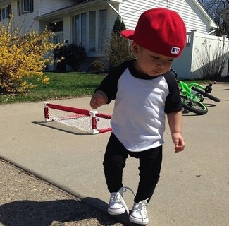 How to wear: red baseball cap, white sneakers, black sweatpants, white and black long sleeve t-shirt