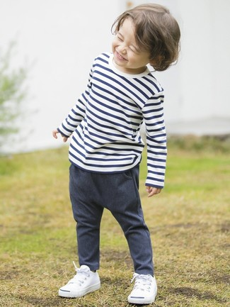 How to wear: white sneakers, navy denim trousers, white and navy horizontal striped t-shirt
