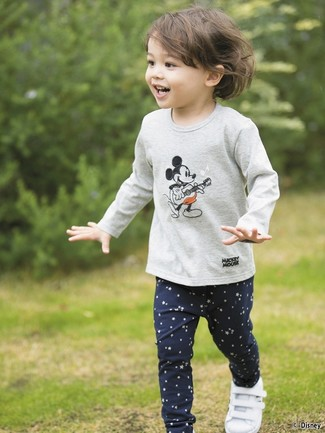 How to Wear Navy Star Print Leggings For Girls: Suggest that your kid choose a grey print long sleeve t-shirt and navy star print leggings for a fun day in the park. White sneakers are a nice choice to complete this ensemble.