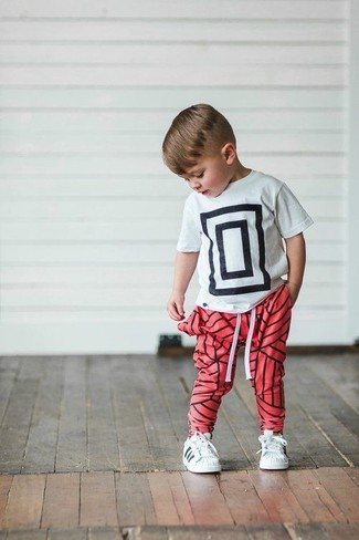 How to wear: white sneakers, red sweatpants, white and black print t-shirt