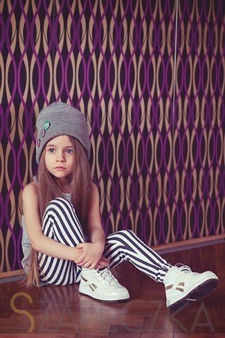 How to wear: grey beanie, white sneakers, white leggings, grey tank top