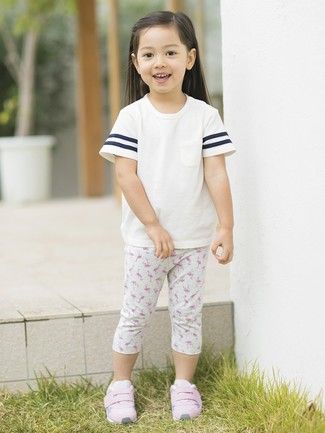 How to wear: white t-shirt, grey print leggings, pink sneakers