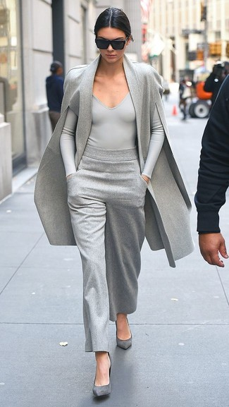 Women's Looks & Outfits: What To Wear In 2020: A grey cape coat and grey wide leg pants matched together are a total eye candy for fashionistas who prefer ultra-cool ensembles. The whole ensemble comes together when you add grey suede pumps to your getup.